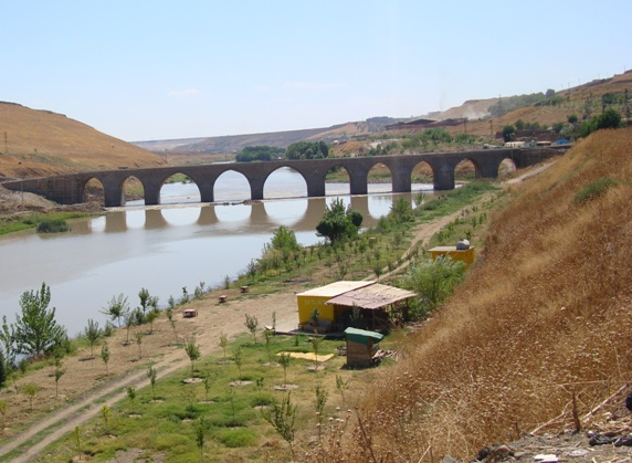 DSC04965  Fuad Yusufoğlu On gözlü köprü (Diyarbakir girişi) Diyar-i Rabiâ girişi