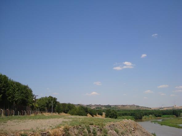 DSC04966  Hevsel bahçeleri Diyarbakır surlarının dışardan görüntüsü (Dünyanın en uzun ikinci surları)